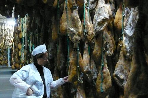 Núria Autet (IberGour) en las bodegas jamoneras de COVAP