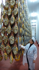 Núria Autet (IberGour) observa unos jamones en las instalaciones de COVAP