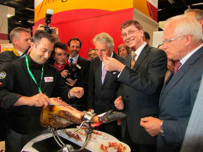 Supuesta foto de Bill Gates comiendo jamón. En realidad fue parte de una inocentada orquestada por Jamones Eiriz (Jabugo) el 28 de diciembre de 2013. Fuente: huelva24.com