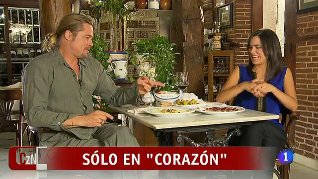 Brad Pitt señalando un plato de jamón.Fuente: rtve.es