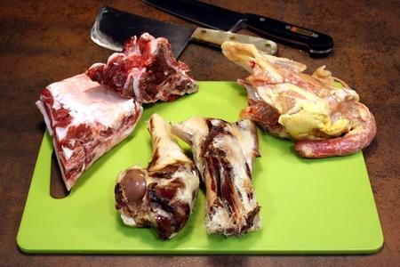 Huesos de ternera, jamón y pollo
