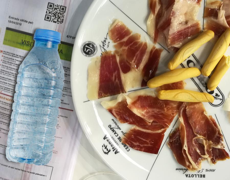 Lonchas de jamón y botellín de agua