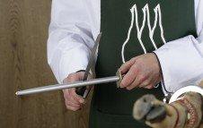 Afilando el cuchillo con el afilador o chaira