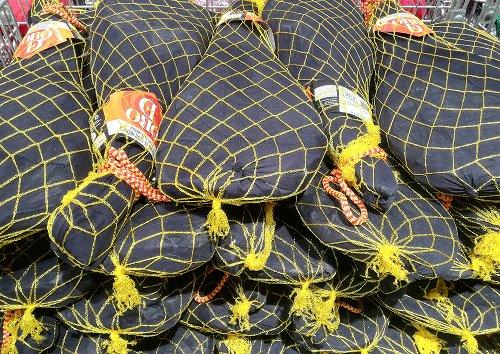 Pila de jamones ibéricos envueltos en fundas
